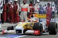 <p>A equipe Renault, do espanhol Fernando Alonso, foi suspensa neste domingo do Grande Prêmio de Valencia, por permitir que o piloto participasse da corrida na Hungria com uma roda solta. REUTERS/Bela Szandelszky/Pool (HUNGARY SPORT MOTOR RACING)</p>