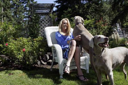 Former U.S. Olympic track star Mary Slaney plays with her dogs at her home in Eugene, Oregon in this June 26, 2009 file photo. REUTERS/Richard Clement/Files