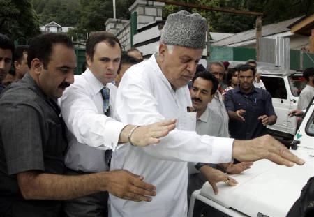 Chief minister of Jammu and Kashmir Omar Abdullah (2nd L) walks with his father Farooq Abdullah (3rd L), president of the National Conference (NC) party, before submitting his resignation to Governor of Kashmir and Jammu Narinder Nath Vohra in Srinagar July 28, 2009. REUTERS/Danish Ismail