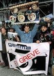<p>Foto de arquivo de fotógrafos da agência Gamma em Paris em greve. 15/11/1995. REUTERS/STR New</p>