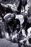 <p>Socorristas rescatan a un hombre desde su casa en Nabatiyed, Líbano, luego de que fuera alcanzada por un misil lanzado por un helicóptero israelí en esta imágen de archivo tomada por el fotógrafo Karin Daher de la agencia francesa Gamma el 18 de abril de 1996. La agencia fotográfica francesa Gamma, que se hizo famosa documentando el Mayo Francés de 1968 y la Guerra de Vietnam, dijo el martes que su supervivencia estaba en duda, convirtiéndose en la última víctima de una crisis que afecta a los medios tradicionales. REUTERS/Archivo</p>