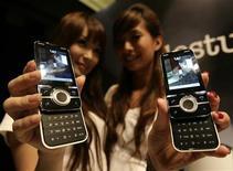 <p>Téléphones mobiles Yari de Sony Ericsson. Le directeur financier de Sony, Nobuyuki Oneda, reconnaît que le groupe japonais d'électronique doit accroître son soutien financier à la joint venture qu'il détient avec Ericsson. /Photo prise le 17 juin 2009/REUTERS/Vivek Prakash</p>
