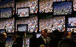 <p>Sony et Sharp ont publié leur troisième perte trimestrielle consécutive, qui reflète notamment leurs difficultés sur le marché des téléviseurs à écran plat face aux constructeurs sud-coréens, avantagés par la faiblesse du won. /Photo d'archives/REUTERS/Hannibal Hanschke</p>
