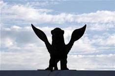 """<p>Imagen de archivo de una estatua del León de Oro en Venecia, Italia, 25 ago 2008. El documental de Michael Moore sobre la crisis económica mundial, """"Capitalism: A Love Story"""", competirá este año por el León de Oro en el Festival de Cine de Venecia. El filme del director ganador de un Oscar es una de las seis películas estadounidenses en la principal competencia del festival cinematográfico más antiguo del mundo, una señal de que la industria de ese país ha vuelto al negocio tras los problemas del año pasado, según los organizadores del evento. REUTERS/Denis Balibouse/Archivo</p>"""