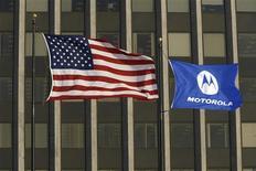 <p>Motorola a vu son bénéfice progresser sur le trimestre avril-juin par rapport à la période correspondante de l'an dernier, une amélioration favorisée par la réduction de ses coûts et des ventes de téléphones portables meilleures qu'attendu. /Photo prise le 3 février 2009/REUTERS/John Gress</p>