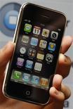 <p>Apple a diffusé via iTunes une mise à jour du logiciel d'exploitation pour l'iPhone afin de résoudre une faille de sécurité qui, selon des experts, pourrait être exploitée par des pirates pour prendre le contrôle du combiné vedette de la firme à la pomme. /Photo d'archives/REUTERS/Bobby Yip</p>