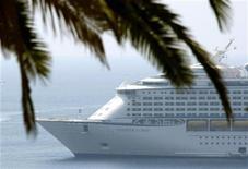 """<p>La nave da crociera """"Voyager of the Seas"""" ieri ancorata nel porto di Villefranche sur Mer, nella Francia meridionale. REUTERS/Eric Gaillard</p>"""