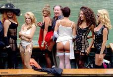 <p>Il regista Tinto Brass tra alcune attrici hard, in una foto d'archivio. REUTERS</p>