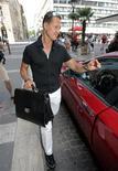 <p>O heptacampeão mundial de F1 Michael Schumacher deixa um restaurante após visitar Felipe Massa em um hospital de Budapeste 1/08/2009 REUTERS/Karoly Arvai</p>