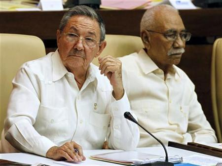 Cuba's President Raul Castro (L) attends a meeting of the National Assembly next to Revolution Commander Juan Almeida in Havana August 1, 2009. REUTERS/Desmond Boylan