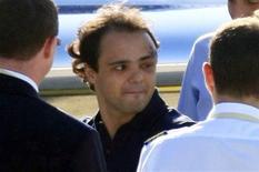 <p>Piloto da Ferrari Felipe Massa se prepara para embarcar em um jato fretado no aeroporto de Budapeste 03/08/2009 REUTERS/Viktor Veres</p>