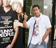 "<p>Adam Sandler davanti alla locandina di ""Funny People"". REUTERS/Fred Prouser</p>"