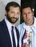 """<p>Актер Адам Сэндлер (справа) и режиссер Джадд Апатов на премьере фильма """"Приколисты"""" в Голливуде 20 июля 2009 года. Черная комедия """"Приколисты"""" с участием Адама Сэндлера стала лидером североамериканского проката за минувшие выходные, собрав $23,4 миллиона в США и Канаде. REUTERS/Fred Prouser</p>"""