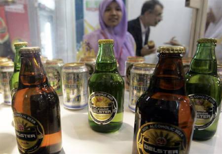 A Malaysian woman looks at non-alcoholic beer on display at the Malaysia International Halal showcase in Kuala Lumpur in this May 10, 2006 file photo. REUTERS/Zainal Abd Halim/Files
