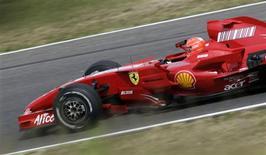 <p>O heptacampeão de Fórmula 1 Michael Schumacher pilota uma Ferrari modelo 2007 em testes em Mugello. 31/07/2009. REUTERS/Marco Bucco</p>