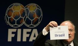 """<p>Президент ФИФА Зепп Блаттер показывает табличку """"Бразилия"""" - хозяйку чемпионата мира 2014, Цюрих 30 октября 2007 года. Сборная России по футболу сохранила за собой шестую строчку рейтинга ФИФА, опубликованного в среду. REUTERS/Michael Buholzer</p>"""