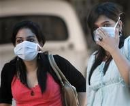 <p>Women wearing surgical masks arrive for a H1N1 flu screening at Ram Manohar Lohia hospital in New Delhi August 6, 2009. REUTERS/Fayaz Kabli</p>