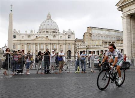 Team LPR rider Danilo Di Luca of Italy warms up past Vatican Saint Peter's Basilica before the last stage of the Giro d'Italia in Rome May 31, 2009. REUTERS/Giampiero Sposito/Files