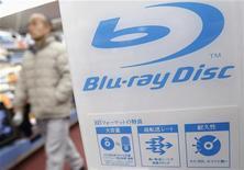 <p>Toshiba annonce qu'il va rejoindre l'Association du DVD Blu-ray et fabriquer d'ici la fin de l'année des appareils qui pourront lire ces supports pour lesquels la demande est en constante augmentation. /Photo d'archives/REUTERS/Issei Kato</p>