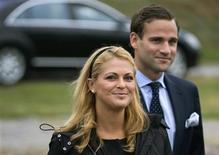 <p>Foto de archivo de la princesa Madeleine de Suecia y su novio Jonas Bergstrom en Estocolmo, 1 jun 2009. La princesa Madeleine de Suecia, tercera en la línea de sucesión al trono, se comprometió con su novio de siempre, anunció el martes la casa real. Madeleine, de 27 años y la más joven de los tres hijos del monarca, se casará con el abogado Jonas Bergstrom, de 30 años, con el que sale desde hace siete años. REUTERS/Janerik Henriksson/Scanpix/Archivo</p>