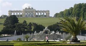 """<p>Imagen de archivo del jardín del castillo Schoenbrunn en Viena, 5 mayo 2009. El Palacio Schoenbrunn de Viena oficiará de escenario para un imponente tributo en honor a Michael Jackson a finales de septiembre, dijeron el martes los organizadores del evento. El hermano mayor del """"Rey del Pop"""", Jermaine, invitó a numerosos artistas para actuar frente al Schoenbrunn, una residencia que fue hogar del último emperador de Austria-Hungría, Franz Josef, donde los productores del evento esperan recibir alrededor de 85.000 personas. REUTERS/Heinz-Peter Bader/Archivo</p>"""