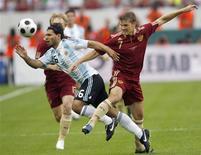 <p>Denisov, da Rússia, briga pela bola com Agüero, da Argentina, em amistoso disputado em Moscou. A Argentina ganhou de virada, por 3 a 2. 12/08/2009. REUTERS/Sergei Karpukhin</p>