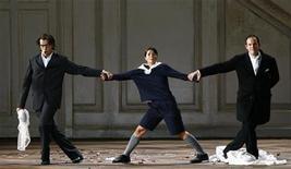 """<p>De izquierda a derecha: los cantantes Luca Pisaroni como Fígaro, Katija Dragojevic como Cherubino y Gerald Finley como el Conde Almaviva durante un ensayo de la ópera de Wolfgang Amadeus Mozart """"Le Nozze die Figaro"""" en Salzburgo, Austria, 10 ago 2009. Una ópera de rock basada en la vida de Wolfgang Amadeus Mozart, uno de los grandes genios musicales de Occidente, será presentada el próximo mes en París, un evento definido por su productor como un tributo a la """"primera estrella del rock"""". REUTERS/Dominic Ebenbichler</p>"""