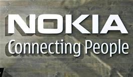 <p>Foto de archivo del logo de la compañía Nokia en su sede de Helsinki, 9 jul 2008. La empresa de software Microsoft y el fabricante de teléfonos Nokia anunciaron el miércoles una alianza para incorporar programas avanzado de negocios a los móviles inteligentes, en un intento por arrebatar el dominio del mercado a la Blackberry de Research in Motion. REUTERS/Bob Strong</p>