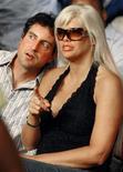 <p>Foto de archivo de Howard K. Stern y Anna Nicole Smith en el público durante un encuentro de boxeo en el Seminole Hard Rock Hotel y Casino en Hollywood, EEUU, 6 ene 2007. Un amigo de la fallecida modelo de Playboy Anna Nicole Smith podrá demandar a un escritor por difamación, pero no por los alegatos de relaciones homosexuales, debido a que la homosexualidad ya no es vista como despreciable, dijo el miércoles un juez. REUTERS/Hans Deryk/Files</p>