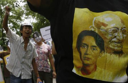 Myanmar pro-democracy activists demonstrate during a protest outside the Myanmar embassy in New Delhi August 12, 2009. REUTERS/Fayaz Kabli