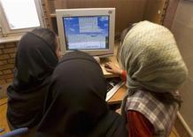 <p>Studentesse iraniane chattano online in un internet cafe riservato alle donne, Karaj, 24 maggio 2007. REUTERS/Stringer</p>