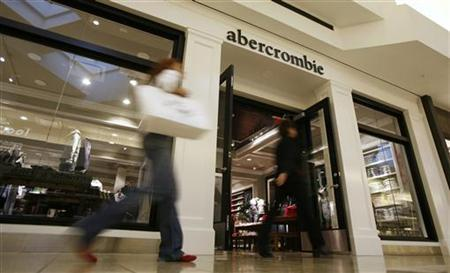 Shoppers make their way past the abercrombie store at Woodfield Mall in Schaumburg, Illinois, October 22, 2007. REUTERS/John Gress
