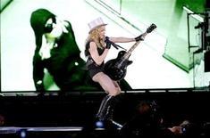 """<p>La cantante estadounidense de pop Madonna en un concierto de su gira """"Sticky and Sweet"""" en Gothenburg, Suecia, 8 ago 2009. La diva del pop Madonna tal vez enfureció a algunos polacos católicos al hacer coincidir su concierto debut en el país con una celebración religiosa que se realiza el sábado, pero seguramente recibirá una cálida bienvenida si visita la pequeña localidad de Rumin. En Rumin, en el centro de Polonia, sus seguidores planean nombrar una calle en su honor y convertirla en """"ciudadana"""" honoraria. Si Madonna concurre al lugar, las jóvenes del poblado también bailarán para ella en los campos recién cosechados. REUTERS/Adam Ihse/Scanpix Sweden</p>"""