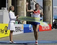 <p>Il russo Valeriy Borchin taglia il traguardo dei 20 km di marcia ai campionati del mondo di atletica, Berlino, 15 agosto 2009. REUTERS/Wolfgang Rattay</p>