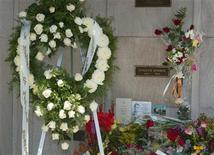 <p>Imagen de archivo de la tumba de la actriz estadounidense Marilyn Monroe en el aniversario número 40 de su muerte, en Los Angeles, 5 ago 2002. Una viuda estadounidense puso a la venta la tumba de su marido, ubicada justo encima del sepulcro de la leyenda del cine Marilyn Monroe para poder hacer frente a su hipoteca. Elsie Poncher publicó un anuncio en el sitio de internet eBay para subastar la tumba en el cementerio Westwood Village Memorial Park de Los Angeles. REUTERS/Fred Prouser/Archivo</p>