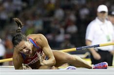 <p>Russa Isinbayeva lamenta após derrubar o sarrafo na final do salto com vara no Mundial de Berlim 17/08/2009 REUTERS/Michael Dald</p>