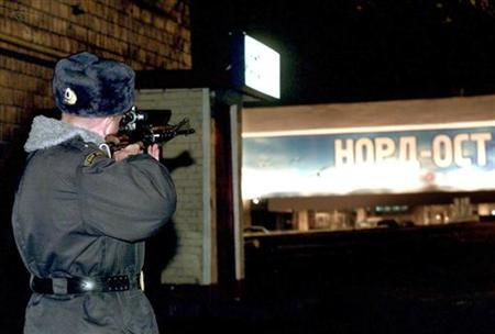 A Russian soldier aims his rifle towards the theatre where Chechen gunmen are holding theatre-goers hostage in Moscow October 25, 2002. REUTERS/Vasily Fedosenko