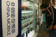 <p>China Mobile, l'opérateur de téléphonie mobile le plus important du monde en nombre d'abonnés, annonce un bénéfice net décevant pour le deuxième trimestre, conséquence de la crise économique et d'une concurrence accrue. /Photo prise le 19 mars 2009/REUTERS/Bobby Yip</p>