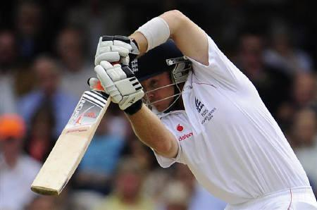 Ian Bell of England hits out during the fifth Ashes test cricket match against Australia at The Oval in London August 20, 2009. REUTERS/Toby Melville