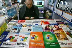 <p>Lojista em Pequim vende cópias de programas da Microsoft.</p>