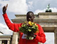 <p>Il keniano Abel Kirui posa per i fotografi dopo aver vinto la maratona ai Mondiali di atletica di Berlino. REUTERS/Wolfgang Rattay</p>