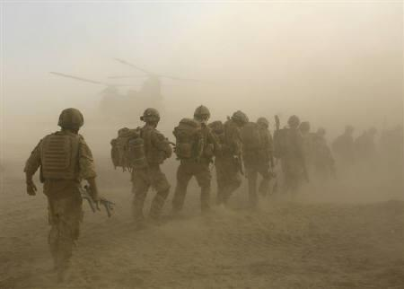 British soldiers from B Company, 2 Mercian, board a Chinook helicopter on an operation in Malgir, Helmand province, July 27, 2009.  REUTERS/Omar Sobhani/Files