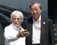 <p>Il patron della Formula Uno Bernie Ecclestone (sinistra) con Hiroshi Oshima, presidente di Mobilityland Corporation che gestisce il circuito di Suzuka. REUTERS/Heino Kalis</p>