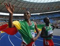 <p>Kenenisa Bekele, con la bandiera dell'Etiopia, accanto al connazionale Ali Abdosh saluta il pubblico dopo la vittoria nei 5.000 metri ai Mondiali di Berlino. REUTERS/Dominic Ebenbichler</p>
