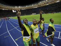 <p>O jamaicano Usain Bolt comemora com sua equipe o primeiro lugar na prova de revezamento 4x100 metros rasos do mudial de Berlim. REUTERS/Kai Pfaffenbach</p>