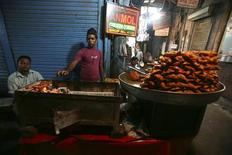 <p>A Muslim shopkeeper sells food on the first day of the holy month of Ramadan near the Jama Masjid (Grand Mosque) in the old quarters of Delhi August 23, 2009. REUTERS/Parth Sanyal</p>
