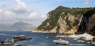 <p>Una veduta del porto dell'isola di Capri. REUTERS/Stringer/Files (ITALY)</p>