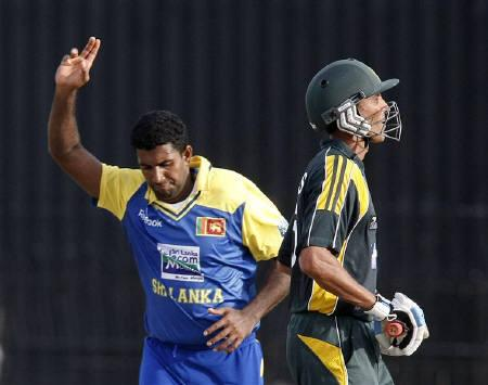 Sri Lanka's Dammika Prasad (L) celebrates taking the wicket of Pakistan's captain Younis Khan during their fifth and final one-day international cricket match in Colombo August 9, 2009.  REUTERS/Vivek Prakash