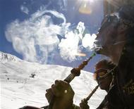 <p>Два юных горнолыжника курят кальян на горнолыжном курорте Шемшак близ Тегерана 16 марта 2008 года. Кальян, один из символов культуры Средней Азии, снискавший за последнее время популярность и среди европейцев, на самом деле так же вреден для здоровья, как и сигареты, выяснили британские ученые. REUTERS/Steve Crisp</p>