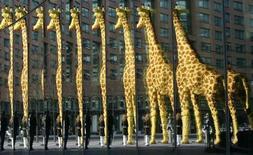 <p>Mulher olhando girafa de lego em tamanho real é refletida em uma janela da chamada Legoland no centro de Berlim 25/08/2009 REUTERS/Tobias Schwarz</p>